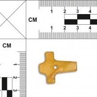 Fragment bursztynowego krzyżyka lub młota Thora